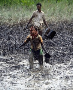 Bangladesh oil spill (AP) Dec 21 2014