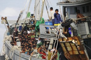Myanmar navy intercepts Rohingya ship (REUTERS:Soe Zeya Tun TPX IMAGES OF THE DAY) June 3 2015