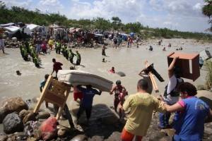 Colombians fleeing Venezuela (Eliecer Mantilla:AP) August 26 2015