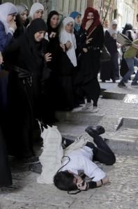 Beaten Orthodox Jew near Al-Aqsa (Ammar Awad) Sept 29 2015