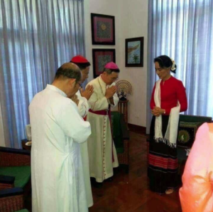 Suu Kyi and bowing bishops Nov 2017