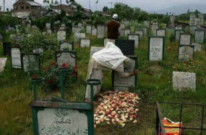 Kashmiri woman at grave site Apr 11 2018