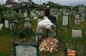 Kashmiri woman at grave site Apr 11 2018