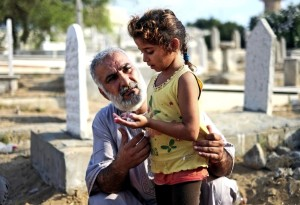 Gaza girl grieving at grave July 29 2014