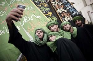 Bahrain selfies (Mohammed Al-Shaikh:AFP) Nov 6 2014