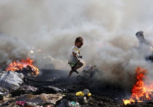 Filipino boy at dump (Aaron Favila:AP) Jan 9 2015