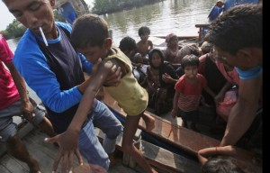 Acehnese fisherman with Rohingya boy (Binsar Bakkara:AP)