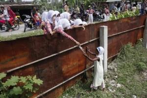 Rohingya & Indonesian school girls  (AP Photo:Binsar Bakkara) May 21 2015