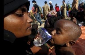 Rohingya mother & child (Beawiharta:Reuters) May 23 2015