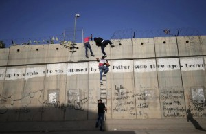 Palestinians going over wall (REUTERS:Mohamad Torokman) June 20 2015