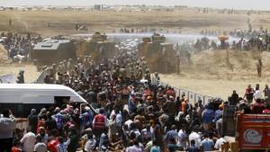 Syrian refugees on Turkish:Syrian border (Osman Orsal:Reuters) June 11 2015