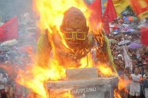 Philippines burning effigy of Aguino (Ezra Acayan:Reuters) July 27 2015