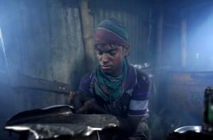 Bangladesh alumuninum worker (EPA:ABIR ABDULLAH) August 4 2015