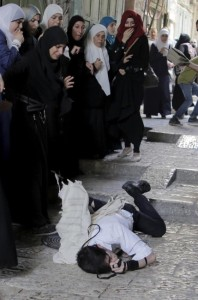Beaten Orthodox Jew near Al-Aqsa (Ammar Awad) Sept 29 2015