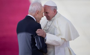 Pope and Shimon Peres (AP)