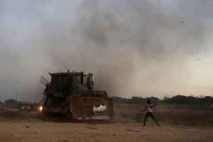 Pal protester and bulldozer (Mohammed Abed:AFP:Getty Images) Oct 20 2015