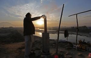 Afghan man making tea ( Rahmat Gul:AP) Nov 23 2015