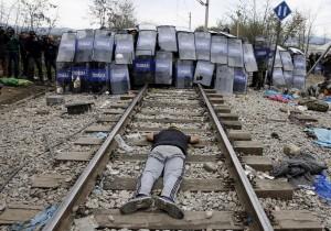 Iranian refugee at Mac:Grk border (Yannis Behrakis:Reuters) Nov 30 2015