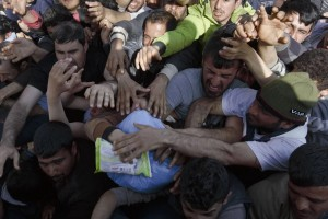 Scuffling refugees at Idomeni ( Visar Kryeziu:AP) Mar 14 2016