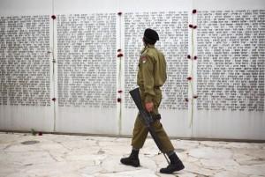 Israeli soldier at memorial (Ariel Schalit:AP) Apr 22 2016