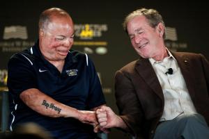 Bush and veteran at Invictus Games (Carlo Allegri:Reuters) May 10 2016