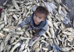 Child of broom maker in Srinagar (EPA:FAROOQ KHAN) May 24 2016