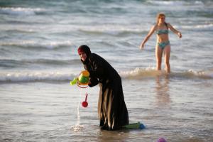 Burkini and bikini in Tel Aviv (REUTERS:Baz Ratner) Aug 27 2016