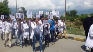 Kashmir doctor protest (Kashmir Dispatch) August 2 2016