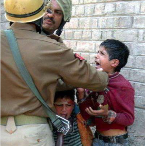 Kashmiri kids with Indian soldier (Aug 3 2016)