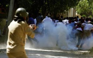Srinagar protesters run from tear gas ( (Photo- Danish Ismail:Reuters) Aug 8 2016