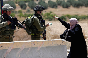 Woman at checkpoint in West Bank ((Mussa Qawasma:Reuters)  Aug 18 2016