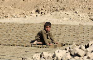 Afghan child brick worker  (Hedayatullah Amid: EPA) Sept 27 2016
