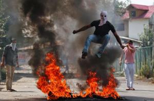 Kashmir-protester jumping fire (Danish Ismail:Reuters) Sept 13 2016