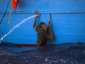 African refugee overboard (Emilio Morenatti) Nov 4 2016