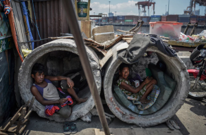 Manila homeless in sewer pipes (Ezra Acayan:Barcroft Images) Apr 27 2017