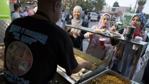 Taco caravan at mosque (Brian van der Brug:LA Times) June 14 2017