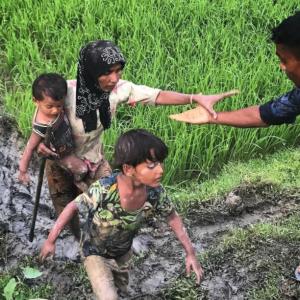 Bangladesh volunteer with Rohingya (Shafiur Rahman) Sept 4 2017