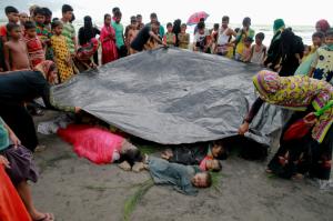 Bangladeshis bury Rohingya who drowned (Suvra Kanti Das:AP) Sept 4 2017