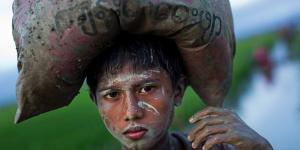 Rohingya boy with sack on head (BErnat Armangue:AP) Sept 8 2017