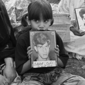 Kashmiri child with photo of disappeared father (from Parlina Aida on Twitter) Oct 6 2017