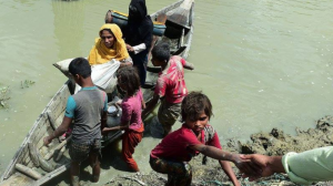 Ro refugees getting off boat in Bangladesh (Twitter) Oct 23 2017