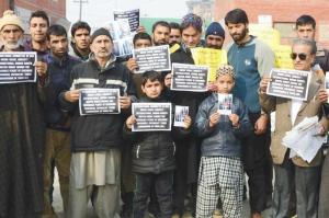 Family members of prisoners in Tihar jail protest in Srinagar (Rising Kashmir) Dec 3 2017