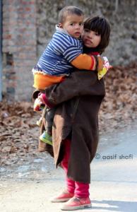 Kashmiri girl holding child (Aasif Shafi) Jan 10 2018