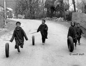Kashmiri kids playing (Aasif Shafi) Jan 5 2018