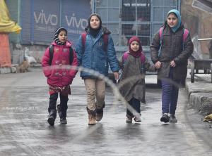 Kashmiri school children and barbed wire (Basit Zargar)