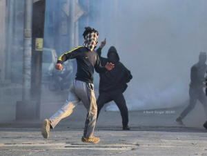 Kashmir runs for cover after pelting at paramilitary men in Srinagar Jan 27 2018 (Basit Zargar)
