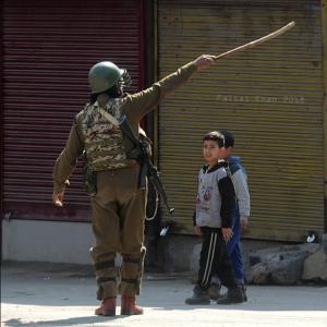 Children & soldier in Srinagar (Faisal Khan) Mar 10 2018