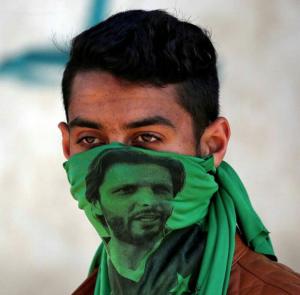 Kashmiri protester wearing bandanna with pix of  Shahid Khan Afridi (Apr 13 2018