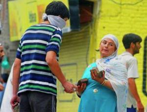 Kashmiri woman & son stone pelters (QNS News 24x7) Apr 5 2018