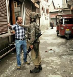 Kashmiri workman being assaulted by CRPF (Muneeg Rafiq) Apr 20 2018